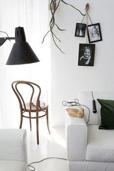 Scandinavian-Inspired Hanging photo frames with rope Hanging Picture Frames, Hanging Pictures, Photo Hanging, Deco Dyi, Diy Design, Interior Design, Interior Decorating, Decorating Ideas, Decor Ideas