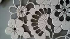 """""""Flora"""" est une création originale au charme romantique Inspiré des jolies fleurs du printemps et de dentelles, ce tableau lumineux au style très """"Shabby"""" où ombres et lumières jouent avec les silhouettes florales est entièrement découpé et gravé à la main. Dimensions 50*60cm."""