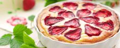 Napravite finu pitu s jogurtom, limunom i jagodama Ricotta, Strawberry Recipes, Special Recipes, Pepperoni, Cake Cookies, Camembert Cheese, Food And Drink, Sweets, Baking