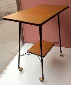 60 luvun sivupöytä pyörillä . muovimainen pinta . korkeus 73cm . leveys 74cm . syvyys 40cm . #kooPernu
