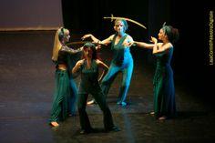 Danza orientale del ventre con la spada
