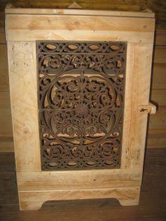 Leuk kastje, gemaakt van oude pallet-planken, het deurtje is voorzien van een leuke gietijzeren deurmat