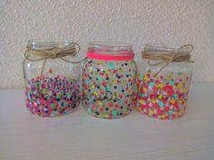 Hola :) Hace un tiempo trasteando por casa, se me ocurrió reutilizar unos botes de cristal que iba a reciclar. Son botes de comida (bonito, soja..etc) que todos tenemos por casa. Yo les he querido … Diy Candle Holders, Diy Candles, Candle Jars, Crafts With Glass Jars, Mason Jar Crafts, Easy Diy Crafts, Crafts For Kids, Painting Glass Jars, Diy Diwali Decorations