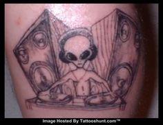 Alien tattoo - I wonder what it's playing? Dj Tattoo, Alien Tattoo, Little Tattoos, Tattoos For Guys, Cool Tattoos, Wicked Tattoos, Music Tattoos, Alien Skull, Geometric Lion