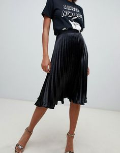 Missguided Satin Plissee Midirock in Schwarz - Christmas Deesserts Black Pleated Skirt Outfit, Denim Skirt Outfits, Midi Skirt Outfit, Black Skirts, Leopard Skirt, Looks Total Black, Midi Rock Outfit, Classy Outfits, Fashion Outfits