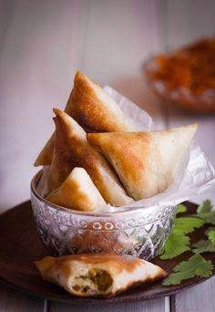 Ek is baie bevoorreg om toegelaat te word om deel te wees van my Moslem vriendin se gesin. Sy bel gereeld en dan moet ek kom kuier as hulle besig is om vir spesiale geleenthede te kook. In haar nederige kombuisie op die plaas het ek al South African Recipes, Indian Food Recipes, Africa Recipes, Ethnic Recipes, Pie Recipes, Snack Recipes, Snacks, Kos, Savory Pastry