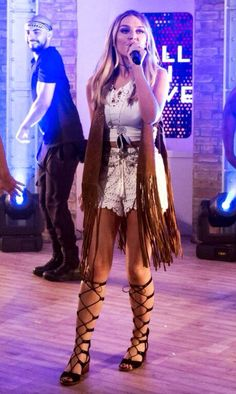 I LOVE HER OUTFIT Hippie Chick, Hippie Style, Hippie Boho, Boho Style, Perrie Edwards Style, Little Mix Perrie Edwards, Little Mix Style, Little Mix Girls, Stage Outfits