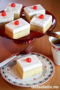 """Sponset innlegg. I dag vil jeg vise dere en kakespesialitet, Torta tres leches (også kalt Pastel de tres leches), som er berømt over hele Latin-Amerika. Som det fremgår av navnet kjennetegnes kaken av at den lages med 3 typer melk: søt kondensmelk (""""condensed milk"""" på engelsk), viking melk (""""evaporated milk"""" på engelsk) og kremfløte (""""heavy cream""""). Kaken er spesiell på alle måter. Selve kaken er en veldig luftig form for sukkerbrødsbunn. Så dynkes kaken over natten med en tremelks-blanding…"""