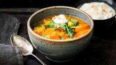 Kevyt kasviskeitto saa ruokaisuutta jogurttikastikkeesta, joka maustetaan salaattijuustolla ja mantelilla. Tarjoa keiton kanssa tuoretta leipää.