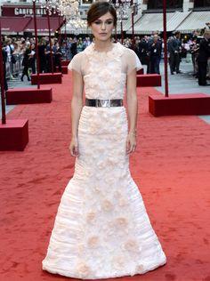 Keira Knightley con vestido de Chanel otoño 2012 Couture blanco con flores bordadas