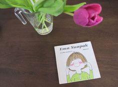 Tahle knížka byla jako zjevení. Poté, co u nás v polovině osmdesátých let vyšla, získala si srdce snad všech malých čtenářů. Jednoduchá, vtipná, chytrá. Prostě Ema. Co je na ní tak neobyčejného? Emu Naopak vydal v roce 1986 Albatros. A v podstatě každý, koho znám a komu ji tehdy rodiče koupili, ji po celých těch … Tulips, Emu, Montessori, Books, Vintage, Libros, Book, Vintage Comics, Book Illustrations