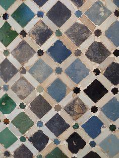 Alhambra tiling (pre-renovation) Islamic Tiles, Islamic Art, Islamic Patterns, Tile Patterns, Arabesque, Geometric Tiles, Geometric Patterns, Antique Tiles, Spanish Tile