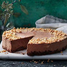 Cornflakes, hasselnötskräm, choklad och färskost. Tänk att så få ingredienser kan blandas till något så underbart och mäktigt gott som denna drömmiga cheesecake! På jakt efter den perfekta desserten? Som du lätt kan förbereda? This is it.