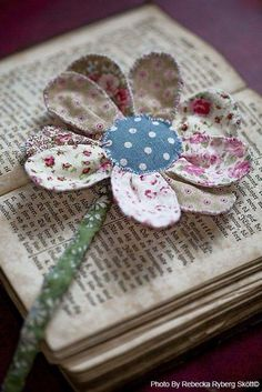 Use fabric scraps to make a flower bookmark Handmade Flowers, Diy Flowers, Fabric Flowers, Paper Flowers, Ribbon Flower, Sewing Hacks, Sewing Crafts, Craft Projects, Sewing Projects
