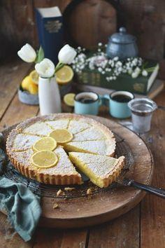 Knusprige Shortbread-Tarte mit cremiger Zitronen-Buttermilch-Füllung. Herrlich zitronig und so einfach zu backen. Jetzt Rezept speichern!