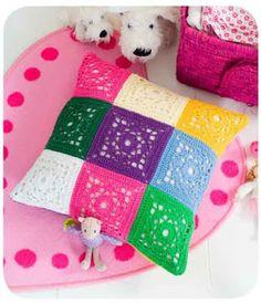 Artesanato com amor...by Lu Guimarães: Almofada colorida em squares de crochê