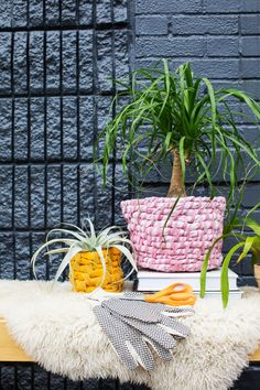 Easy fabric planter diy - a beautiful mess. White Planters, Diy Planters, Diy Flowers, Flower Pots, Diy Greenhouse, Beautiful Mess, Beautiful Flowers, Easy Sewing Projects, Fabric Decor