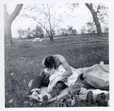 Vintage couples in love. So sweet. Vintage Romance, Vintage Love, Vintage Kiss, Cute Couples Goals, Couple Goals, Couples In Love, Old Fashioned Love, Old Fashioned Photos, Vintage Couples