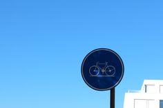 Fotografie van punten: een Donkerblauw punt op een zwarte lijn en een lichtblauw vlak.