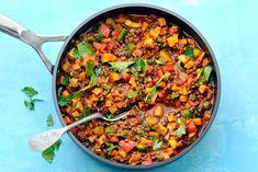 Linzen, zoete aardappel, paprika en tomaat zorgen samen voor een vezelrijke schotel - Recept - Allerhande