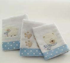 As Fraldinhas de boca são bordadas à mão com desenhos dos Ursos Polar e suas pegadinhas com detalhes em azul. Feitas em algodão, têm barra de tecido azul estampado com poás brancos, tema da coleção. São 03 unidades de 32 x 32 cm cada.