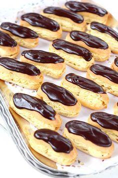 Éclair on ranskasta kotoisin oleva suklaakuorrutteinen tuulihattu, jossa on täytteenä pehmeää vaniljakiisseliä. Niiden tekeminen on ollut listallani jo jonkun aikaa ja teinkin niitä nyt tytön synttäreille. Ja hyvä, että kokeilin. Nämähän olivat hyviä! Täyte oli ihanan pehmoinen, kunnon vaniljainen. Päällä oleva ohut suklaakerros toi juuri sen veran suklaisuutta, että kokonaisuus pysyi hillityn makeana ja yhden … Sweet Bakery, Beans, Food And Drink, Cupcakes, Vegetables, Fruit, Cooking, Party, Desserts