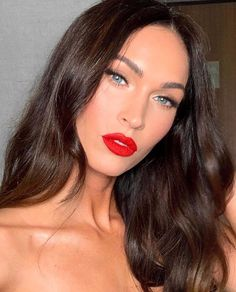 Megan Fox red lipstick makeup look - Makeup Tutorial Smokey Red Lipstick Makeup Looks, Skin Makeup, Beauty Skin, Beauty Makeup, Hair Beauty, Megan Fox Makeup, Black Makeup Artist, Patrick Ta, Celebrity Makeup Looks