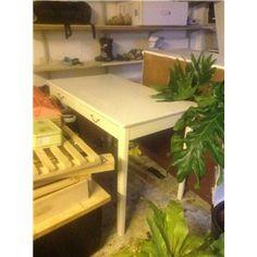 Det her er også et godt bord til en lav pris. Jeg tror ikke det er finer under malingen. Kan ikke skæres til men der er igen 2 skuffer - Skrivebord, b: 100 d: 59 h: 73, Hvidmalet let træskrivebord