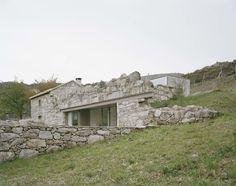Gelegen in een afgelegen rand van Melgaço in het noorden van Portugal combineert deze woning minimalisme met een ruïne. Portugese architect Nuno Brandao Costa bouwde het huis in de vervallen casco van een oude boerderij die aansluit bij het ruwe terrein van de omgeving.