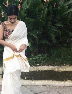 Stylish Kerala Saree Blouse Designs with Images 2019 - Buy lehenga choli online Sleevless Saree Blouse, White Saree Blouse, Saree Dress, Onam Saree, Kasavu Saree, Sarees, Set Saree Kerala, Kerala Wedding Saree, Kerala Saree Blouse Designs