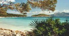 Playa de Formentor, una de las playas más bonitas de Mallorca. Ubicada en la costa norte de la isla, es una playa de arena blanca y agua cristalina.