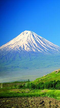 Ararat, Armenia - El monte Ararat es el pico más alto de Turquía, con 5165 msnm, localizado en la parte oriental del país, muy cerca de la frontera con Irán y Armenia. Se trata de un volcán inactivo cuya cima se encuentra cubierta de nieves perpetuas.