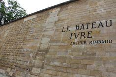 bateau_ivre_paris6-1.jpg (700×467) Em Paris, ao pé da igreja de Saint-Sulpice, no muro da Rua Férou, pode-se ler « Le bateau ivre » de Rimbaud