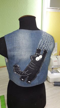 Старые джинсы - новые идеи! — Дизайнерские переделки старых джинсов. Альбом для всех.....   OK.RU Diy Jeans, Denim Ideas, Denim Crafts, Recycled Denim, Clothing Hacks, Denim Top, Refashion, Dressmaking, Diy Clothes