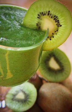 Le smoothie vert est un savant mélange de fruits et de légumes verts feuillus popularisé parVictoria Boutenko, qui s'est fortement inspirée de lasoupe énergétique d'Ann Wigmore. C'est une délicieuse façon de consommer de grandes quantités de verdure quotidiennement. Les fruits permettent d'adoucir l'amertume de certains légumes verts et en font un breuvage que même les …