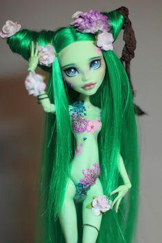 Monster High custom repaint photography by Mariya Khorizina.   Same thing here Erin. Can you make one for me?   3>
