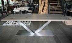 Wat is er mooier dan een zware eikenhouten tafel op maat? Een zware eikenhouten tafel op maat met een rvs onderstel natuurlijk!