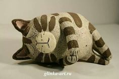 would be cute to make a paper mache pillow bed to put him/her in. Pottery Animals, Ceramic Animals, Clay Animals, Ceramic Art, Paper Mache Clay, Paper Mache Sculpture, Paper Mache Crafts, Clay Cats, Cardboard Art