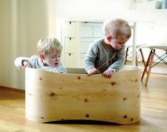 Das mobile Zirbenbabybettchen von Benni's Nest macht nicht nur in den ersten Lebensmonaten Freude. Es wird zum Möbelstück oder Spielgerät - natürlich und schadstofffrei. Genau das Richtige für kleine Entdecker! Toy Chest, Storage Chest, New Baby Products, Kids Room, Design, Home Decor, Kid Furniture, Fussy Babies, Newborns