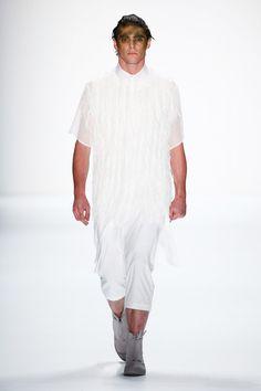 Pin for Later: Entdeckt alle Trends der Berlin Fashion Week in nur 5 Minuten Tag 1: Sopopular Die Männer-Show von Sopopular eröffnete die Berlin Fashion Week mit dunklem Makeup, interessanten Materialien sowie Cut Outs.