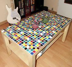 Lack coffee table - IKEA Hack: Die Tischplatte wurde mit bunten Mosaikfliesen verziert.