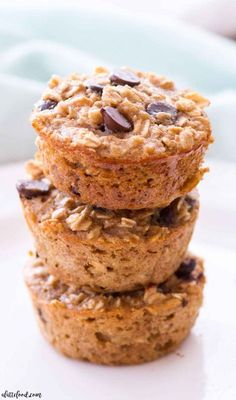 Peanut Butter Banana Chocolate Chip Baked Oatmeal Cups -- These easy baked oatmeal cups are full of peanut butter, bananas, and chocolate chips!