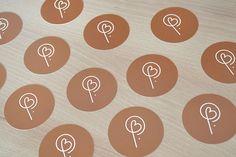 CARTE DE VISITE RONDE : Vous aussi choisissez d'imprimer votre carte de visite à la forme ronde, une belle découpe ronde pour votre carte de visite qui sera vraiment originale. Commerce, Logo Inspiration, Monograms, Marketing, Cards, Design, Creative Business Cards, Corporate Design, Deceit