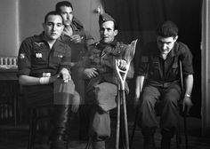 """ESPAÑA. HOGAR DE LA DIVISIÓN AZUL. MADRID, MAYO 1942.- Veteranos españoles combatientes en Rusia descansan en la sala de estar del """"Hogar de la División Azul"""", sito en la calle Atocha número 14 de Madrid. EFE/jgb SPAIN WAR VETERANS HOME: MADRID, May 1942.- Members of the 'Division Azul' (II World War voluntary legion who fought in Russia) pose for pics at the Veterans home, in the Atocha street, downtown Madrid. EFE/fs"""