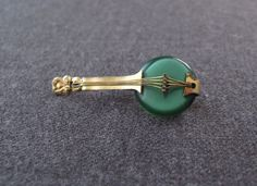VINTAGE 40'S GREEN LUCITE & GOLDEN METAL GUITAR MANDOLIN SHAPED PIN