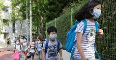 Estudantes da Coreia do Sul vão para escola de máscara para se prevenir contra a MERS (Síndrome Respiratória do Oriente Médio).  Fotografia: AP / Ahn Young-joon.  http://educacao.uol.com.br/album/2014/03/18/educacao-pelo-mundo.htm#fotoNav=97