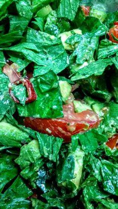 Ensalada de hojas de apio, tomate, palta y chile