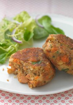Healthy Living Salmon Cakes – No luck fishin'? No worries! Canned salmon delivers delicious results in these skillet-browned Healthy Living Salmon Cakes.