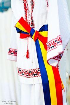 La bandera de Rumanía es una bandera tricolor compuesta por tres... 1 Decembrie, Constantin Brancusi, Lgbt, Folklore, Romania, Costumes, Traditional, Beautiful, Embroidery