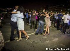 Tango in strada a Napoli, tutti pazzi per il ballo (FOTO)